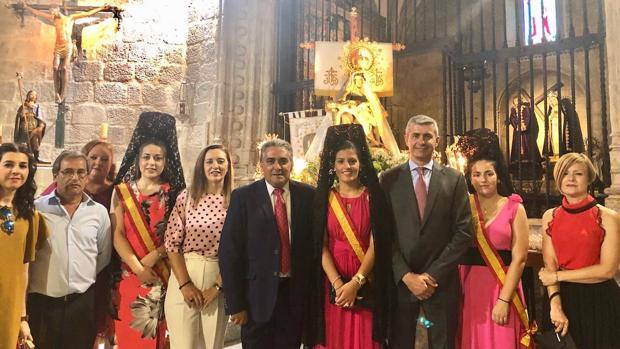Álvaro Gutiérrez junto al alcalde y la reina y damas de las fiestas de Almorox