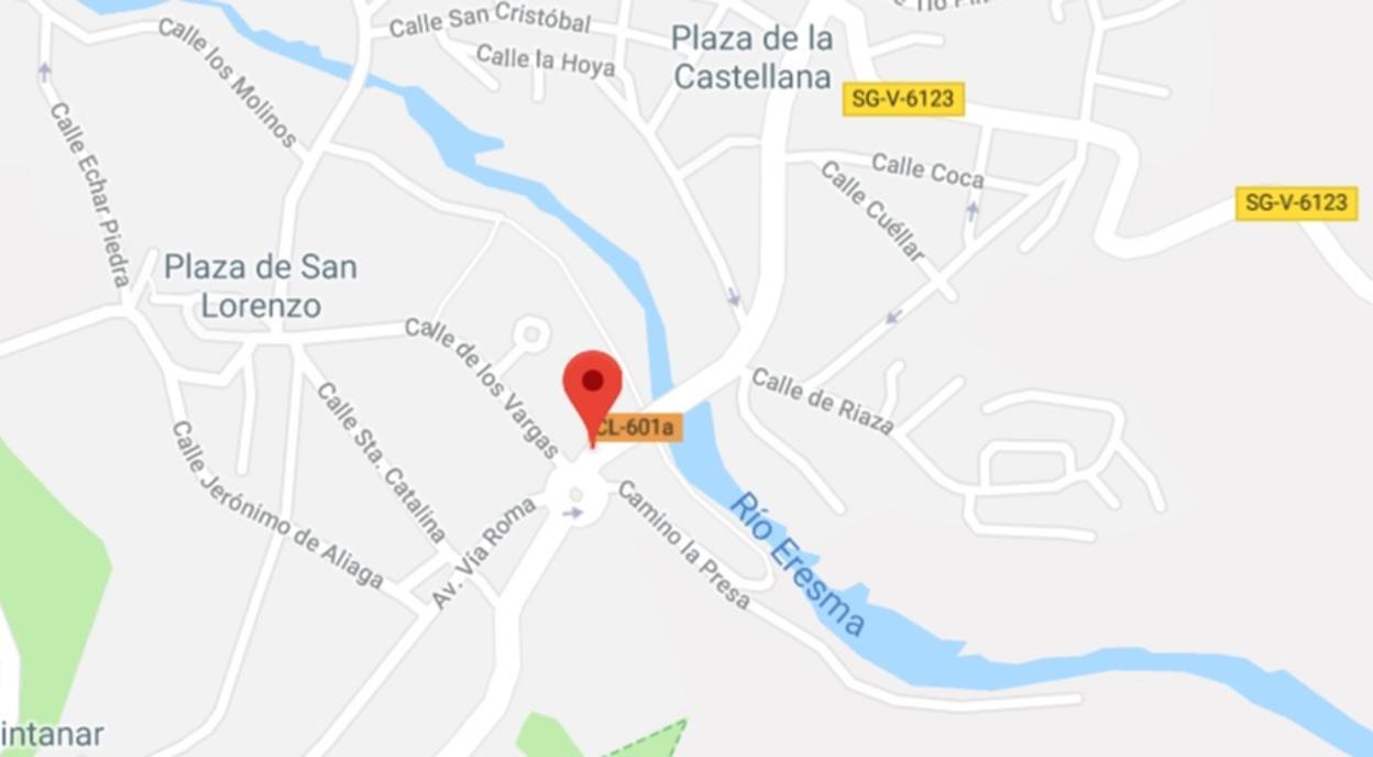 Cuatro heridos al colisionar autobús contra turismos estacionados en Segovia
