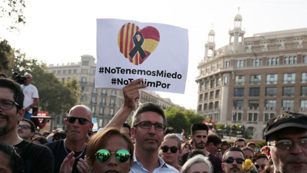 Los manifestantes muestran carteles en repudia al yihadismo durante la marcha contra los atentados