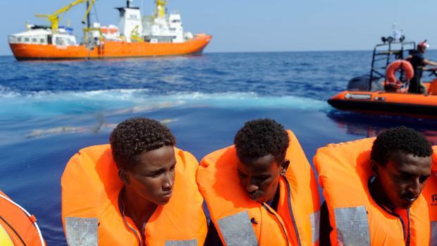 Varios inmigrantes viajan a bordo del Aquarius
