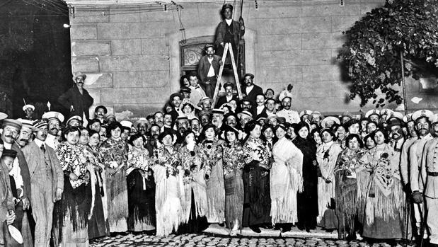Un grupo de jóvenes quqe participan en las fiestas de la Paloma, en 1912