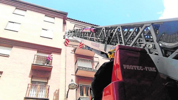 Un equipo de bomberos durante una intervención con la escala en Valladolid