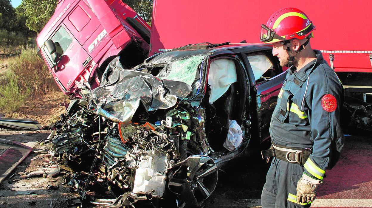 Dos jóvenes fallecen tras una colisión brutal contra un camión en Salamanca
