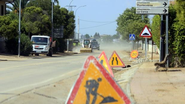 Máquinas y operarios trabajando en las calles de Cobisa