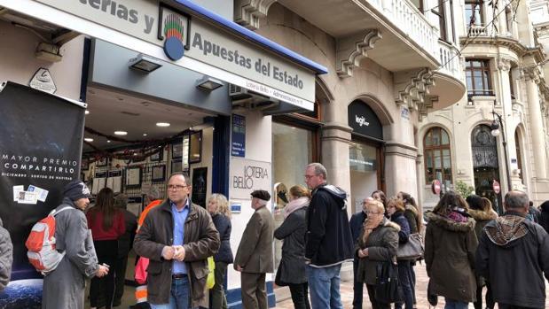Cola en una administración de Loterías de Valencia