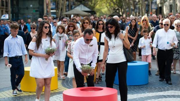 Lágrimas, flores y cariño de las familias para las víctimas del 17-A