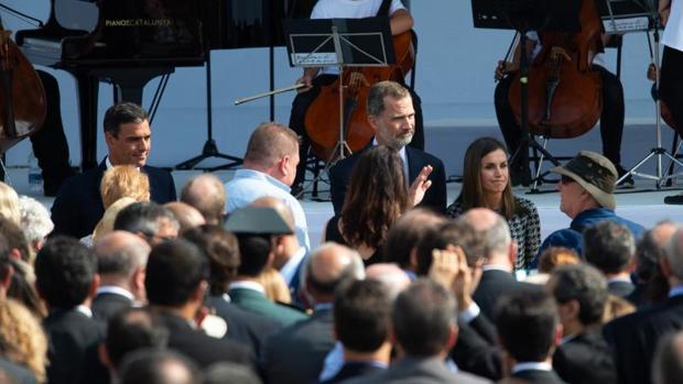 Los Reyes, acompañados por Pedro Sánchez, rinden homenaje a las víctimas del 17-A