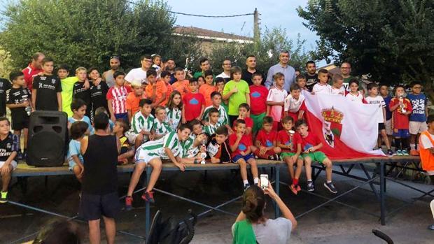 Álvaro Gutierrez posa con los equipos de fútbol de las categorías de prebenjamín, benjamín y cadete