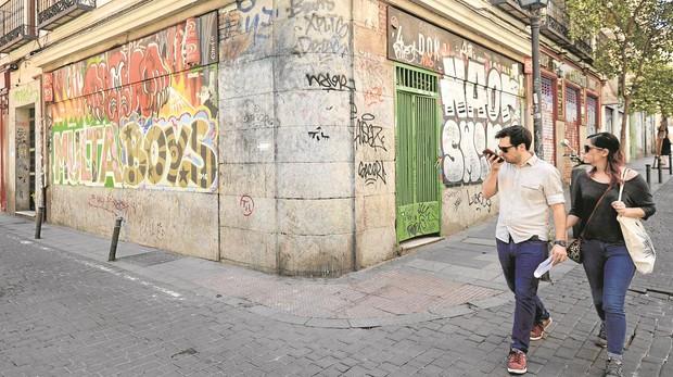 Grafitis y marcas de orines secos en una esquina de la calle San Andrés, en Malasaña