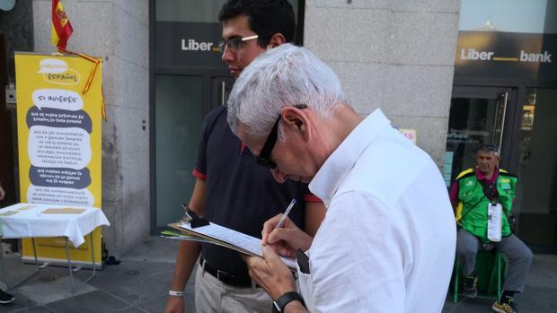 Un viandante que decidió firmar por la libertad de elección de lengua