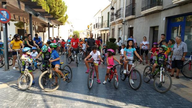 Los ciclistas por las calles de Miguel Esteban