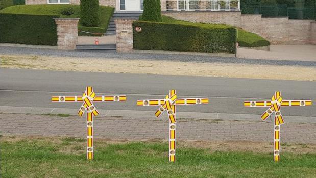 Imagen de las cruces frente a la casa de Puigdemont