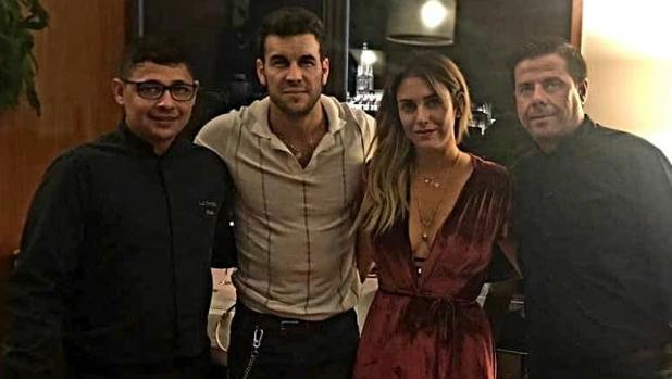 Mario Casas y Blanca Suárez posan con personal de La Ermita