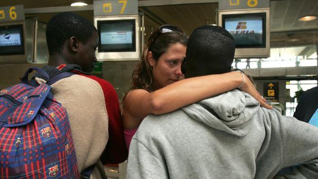 Una educadora despide en el aeropuerto a dos menores trasladados a un centro de otra provincia