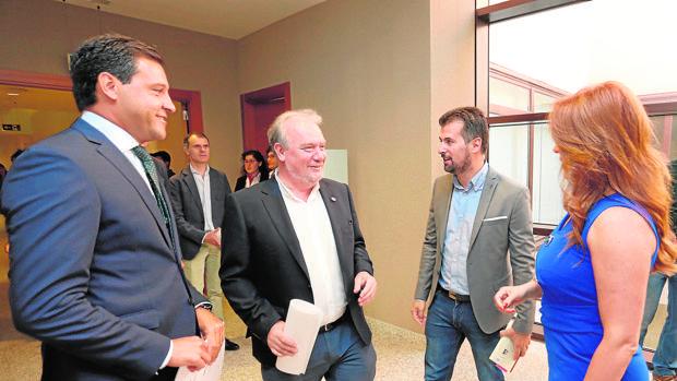 Raúl de la Hoz (PP), José Francisco Martín y Luis Tudanca (PSOE), con la presidenta de las Cortes, Silvia Clemente