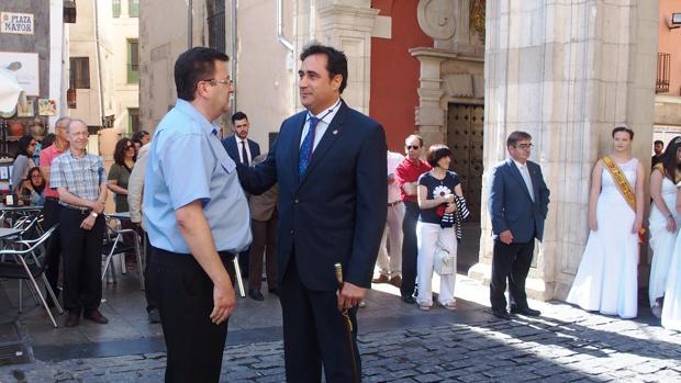 El alcalde de Cuenca, Ángel Mariscal, junto con el nuevo pregonero de las fiestas de San Mateo