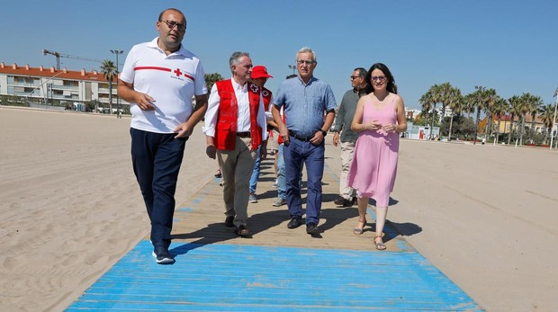 Joan Ribó y Mónica Oltra, este martes en la playa de la Malvarrosa