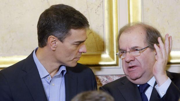 Vicente Herrera dialoga con el presidente del Gobierno Pedro Sánchez.