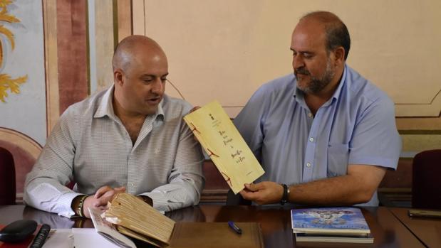 José Luis Martínez Guijarro (derecha) junto al alcalde Luis Alberto Hernández