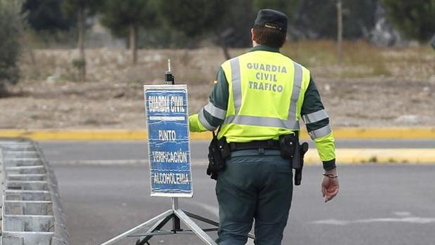 Un agente de la Guardia Civil en un control de tráfico