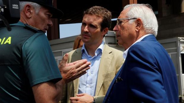 El líder del PP, Pablo Casado, y el presidente de la Ciudad Autónoma, Juan José Imbroda, en el puesto fronterizo de Melilla