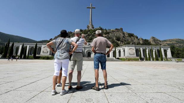 Varias personas, visitando el Valle de los Caídos
