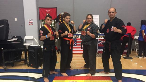 Cristina Álvarez (tercera por la izquierda), campeona del mundo de kajukenbo, junto a sus compañeros de clubs con sus medallas en el mundial de San Francisco