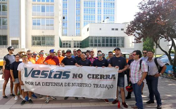 Concentración de trabajadores de vestas frente a la consejería de Hacienda