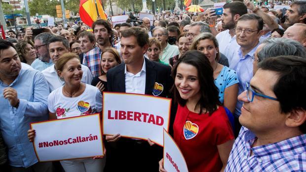 Rivera y Arrimadas, en la manifestación ayer a favor de la mujer agredida por retirar lazos amarillos en la Ciutadella de Barcelona