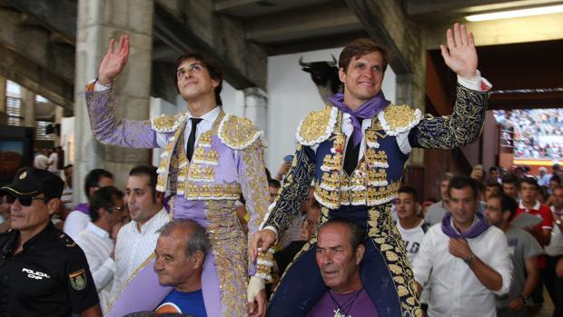 Puerta Grande para los diestros Roca Rey (I) y Julián López 'El Juli'(D) en la primera corrida de Toros de la Feria palentina de San Antolín