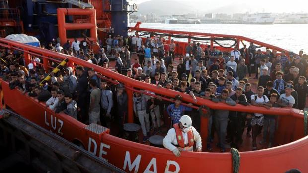 Decenas de inmigrantes, el jueves, en la cubierta de un barco de Salvamento en Algeciras