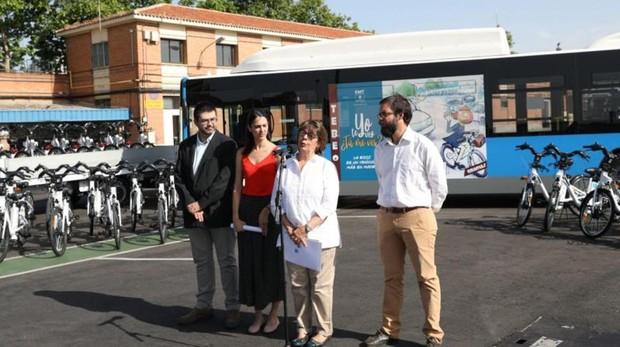 De izquierda a derecha, Sánchez-Mato, Maestre, Sabanés y Heredia (gerente de la EMT)