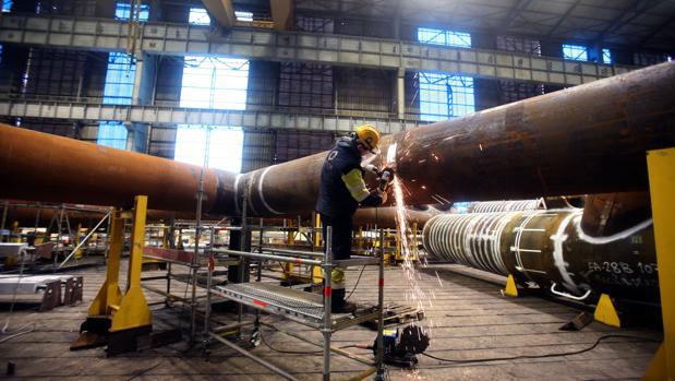 Un operario de la industria naval en Ferrol