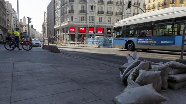Las obras de ampliación de aceras de la Gran Vía, que forman parte del área Madrid Central