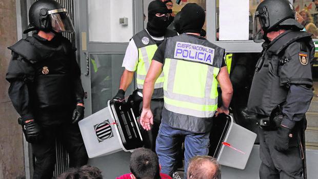MIembros de la Policía Nacional requisan urnas el 1-O