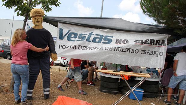 Trabajadores de Vestas acampados frente a la fábrica