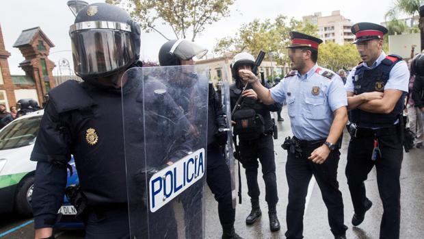 Antidisturbios de la Policía y de los Mossos discuten en Barcelona el día del referéndum del 1-O