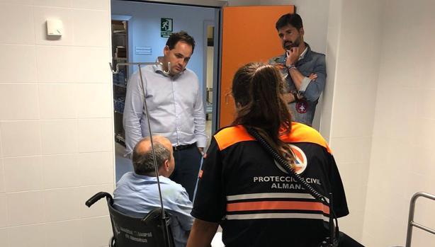 El alcalde de Almansa, a la izquierda (de pie), con uno de los heridos
