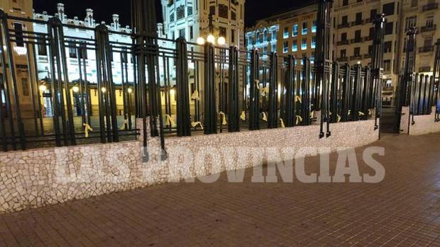 Imagen de los lazos amarillos en la Estación del Norte de Valencia