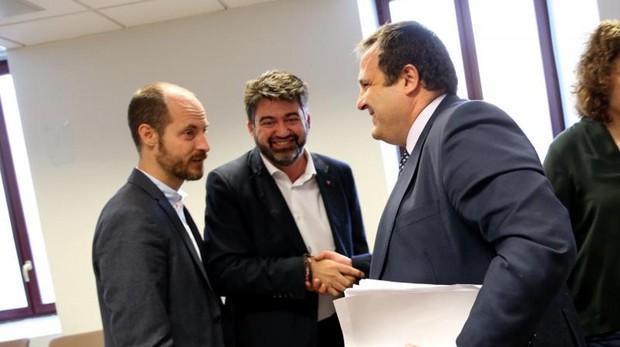 De izquierda a derecha, Ignacio de Benito (PSOE), presidente de la comisión; Sánchez Mato, y el director financiero de la EMT, David Pérez Moncada