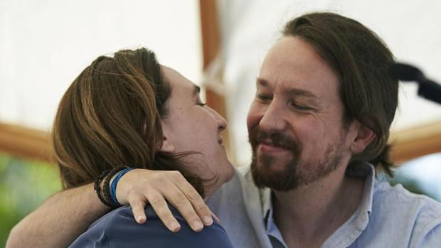 El secretario general de Podemos Pablo Iglesias se abraza a la alcaldesa de Barcelona Ada Colau en su encuentro con motivo de la Diada del 11 de septiembre el pasado año