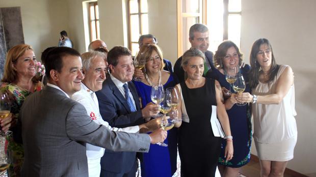 Adolfo Muñoz, con Emiliano García-Page, Milagros Tolón, Álvaro Gutiérrez, Patricia Franco, Francisco Martínez Arroyo y su mujer, Julia García