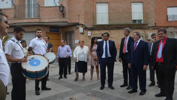 Álvaro Gutiérrez, ayer, en las fiestas de Alcabón, acompañado por el alcalde José Antonio Rodríguez
