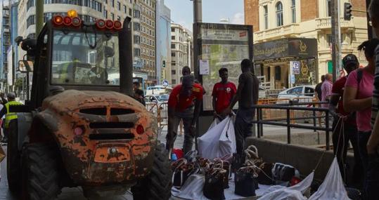 Varios manteros extienden sus productos entre las aceras copadas por las obras