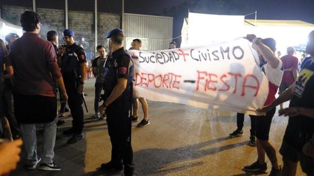 Una de las pancartas que se desplegaron durante las fiestas de La Melonera, la noche de la agresión