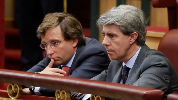 Martínez-Almeida (izq) y Ángel Garrido siguen la moción de censura contra Mariano Rajoy en el Congreso