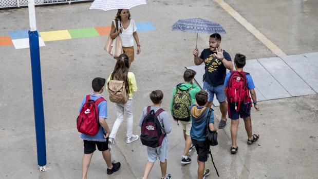 Varios alumnos regresan a sus clases en un colegio de Valencia