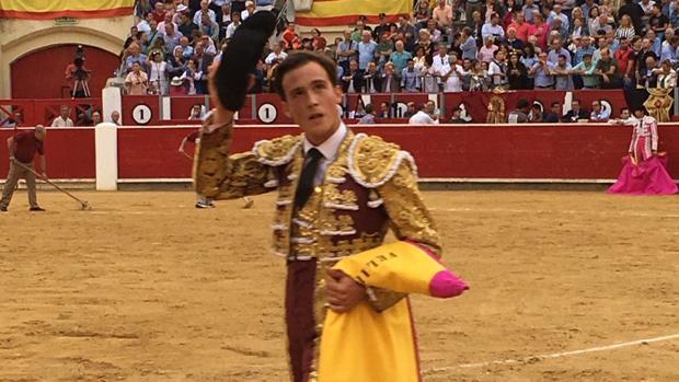Sergio Felipe pasea tras cortar una oreja en la novillada de este martes