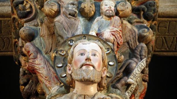 Primer plano de la escultura del Apóstol Santiago, que preside la nave central del Pórtico