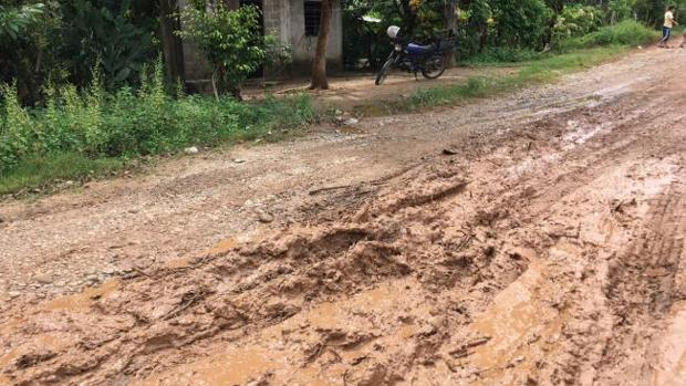Los caminos se vieron afectados por la fuerte tromba de agua que descargó entre 55 y 90 litros